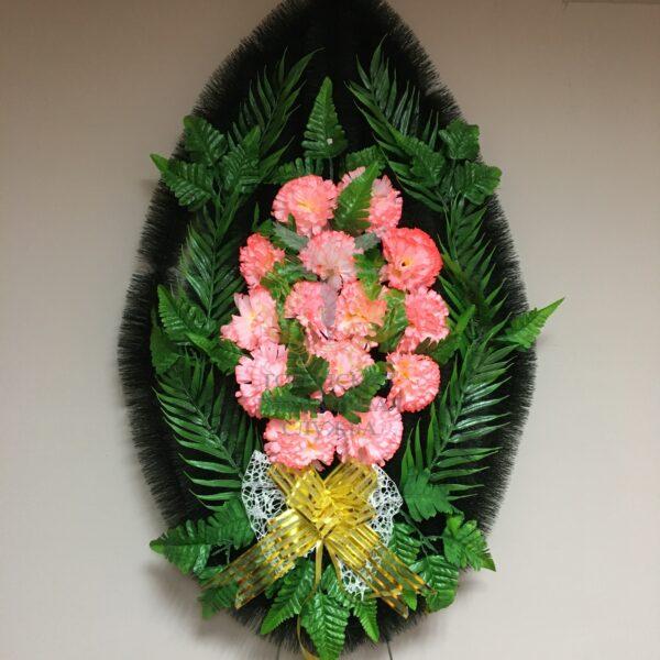 Венок с розовыми гвоздиками